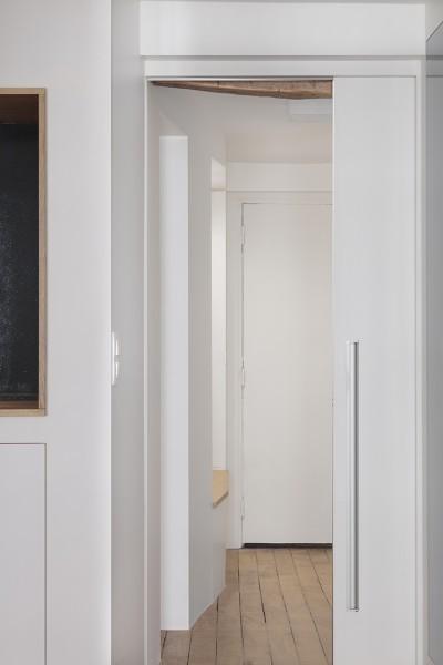 Vue du salon vers l'entrée.