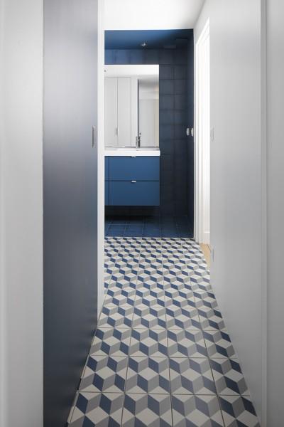 Porte invisible dans le passage vers la salle de bain.