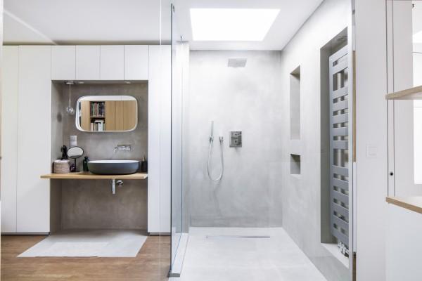 étage, coin douche lavabo