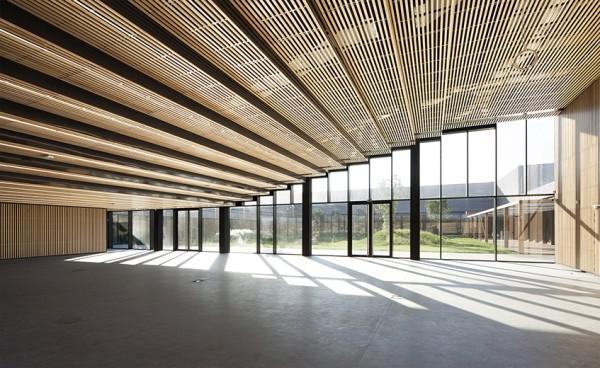 Dans le prolongement du parvis d'entrée, et sous les gradins de la salle de conférence l'entrée est un vaste espace sans points porteurs intermédiares, entièrement ouvert sur un jardin intérieur.
